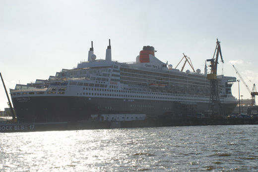 Queen Mary 2 im Dock Elbe 17
