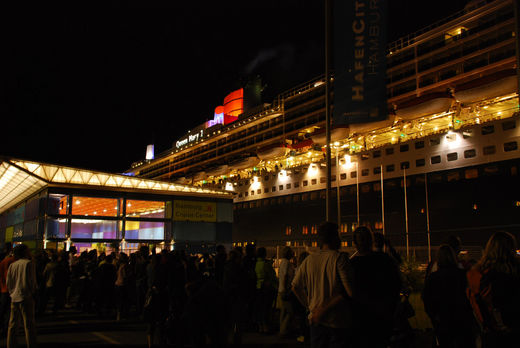 Queen Mary 2 am Hamburg Cruise Center im Juli 2008