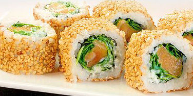 Inside Outside Sushi Roll mit Rucola und Lachs