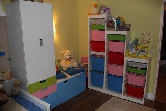 Kinderzimmer mit viel spielzeug und kuschelecke foto im for Kinderzimmer kuschelecke