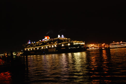 Queen Mary 2 vor dem Dockland